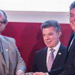 El director Christopher Garnett de la revista internacional Euromoney, el presidente Santos y el galardonado ministro de Hacienda, Mauricio Cárdenas.