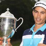 Camilo Villegas celebra con el trofeo del Wyndham Championship