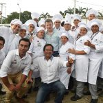 El Presidente Juan Manuel Santos departe este sábado con chefs del Centro de Desarrollo Agroindustrial y Empresarial del Sena en Villeta, Cundinamarca.