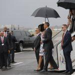 La familia presidencial es recibida por la delegación de funcionarios cubanos, encabezados por el canciller Bruno Rodríguez