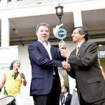 El rector del Instituto Técnico Central de La Salle, José Gregorio Contreras, celebra con el Presidente Santos en el Día de la Excelencia Educativa.  Foto: Juan David Tena - SIG