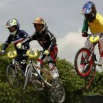El bicicrossista francés Tom Hapka (i), el colombiano Patrick Carvajal (c) y el australiano Thomas Tucker (d), en el inicio del Mundial de BMX, en Medellín.