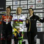 Mariana Pajón en el podio con Laura Smulders y Caroline Buchanan