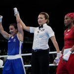La francesa Sarah Ourahmoune es declarada ganadora del combate semifinal con la colombiana Ingrit Valencia, en la división de los 51 kilogramos. Con este resultado, Ingrit logró la medalla de bronce, quinta de Colombia en Río 2016.