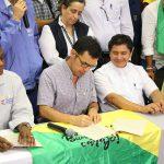Los Ministros de Medio Ambiente y del Interior, quien suscribe el acuerdo alcanzado con los líderes cívicos de Buenaventura para poner fin al paro en ese puerto sobre el Pacífico.