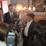 Rodrigo Londono, alias Timochenko habla a la prensa a su llegada a Oslo Noruega