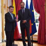 El Presidente Juan Manuel Santos saluda al Primer Ministro de Francia, Édouard Philippe antes de iniciar una reunión de sus respectivos equipos de trabajo, sobre temas relacionados con el intercambio de ambas naciones.