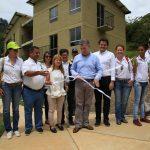 Presidente de la República, Juan Manuel Santos y Ministra de Vivienda, Elsa Noguera, durante la entrega final de las obras de reconstrucción en Salgar, Antioquia.