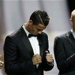 Cristiano Ronaldo (cen.), mejor jugador de la Uefa del año.