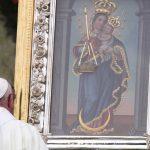 Oración del Papa Francisco ante la imagen de la Virgen de la Candelaria durante la Misa que ofició en el aeropuerto 'Enrique Olaya Herrera' de Medellín.