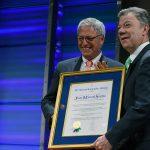 """""""Por su servicio a la humanidad en la promoción de un mundo más equilibrado y más pacífico"""", fue reconocido el Presidente Juan Manuel Santos, de manos del Presidente de National Geographic Society, Gary Knell."""