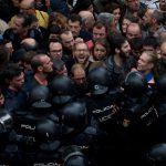 La Policía Nacional española intentó replegar a varios catalanes que querían entrar a una casilla durante el referéndum del 1 de octubre. Credit Emilio Morenatti/Associated Press