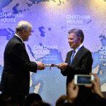 El Príncipe Andrés de Inglaterra entrega el Premio Chatham House 2017 al Presidente Juan Manuel Santos, en reconocimiento a su labor para lograr el Acuerdo de Paz y poner fin al conflicto armado en Colombia.