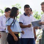 El Presidente Juan Manuel Santos visitó este viernes el municipio caucano de mercaderes, donde se lanzó el documento CONPES para el Macizo Colombiano y se entregaron títulos de propiedad de predios agrícolas.
