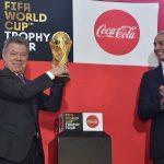 El Presidente Santos levanta el trofeo de la Copa Mundial de la Fifa Rusia 2018, en presencia de la estrella del fútbol David Trezeguet, este martes en la Casa de Nariño.