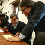 El-jefe-negociador-del-Eln-Pablo-Beltrán-junto-al-jefe-negociador-del-Gobierno-Gustavo-Bell.-Cortesía