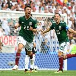 Hirving Lozano celebra el gol que tiene adelante a México.
