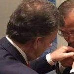 Santos le pone la paloma de la paz a Ban Ki-moon.
