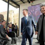 """El Presidente Juan Manuel Santos camina de la mano con la artista colombiana, Dorís Salcedo, autora de la obra """"Fragmentos"""" una de las tres que se erigirá con armas dejadas por las Farc."""