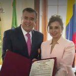 La senadora Nidia Marcela Osorio Salgado entrego la orden de gran caballero del congreso a Javier Hernández Bonnet