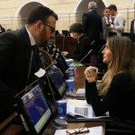 La senadora Nadia Blel dialoga con el también congresista Andrés García.