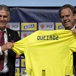 Carlos Queiroz recibe de parte del Presidente de la Federación colombiana de fútbol Ramón Jesurún,la Camiseta que lo acredita como nuevo técnico de la Selección Colombia de Mayores