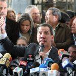 El líder de la oposición venezolana Juan Guaido, a quien muchas naciones han reconocido como el legítimo gobernante interino del país, habla durante la reunión con empleados públicos en Caracas, Venezuela, 5 de marzo de 2019.