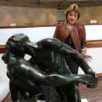Gloria ZEA Cuando recibió una de las esculturas de Rodin, en el Museo de Arte Moderno de Bogotá.