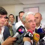 El senador Álvaro Uribe, durante rueda de prensa, en Fenalco de Cali. Lo acompaña el congresista Gabriel Velasco.